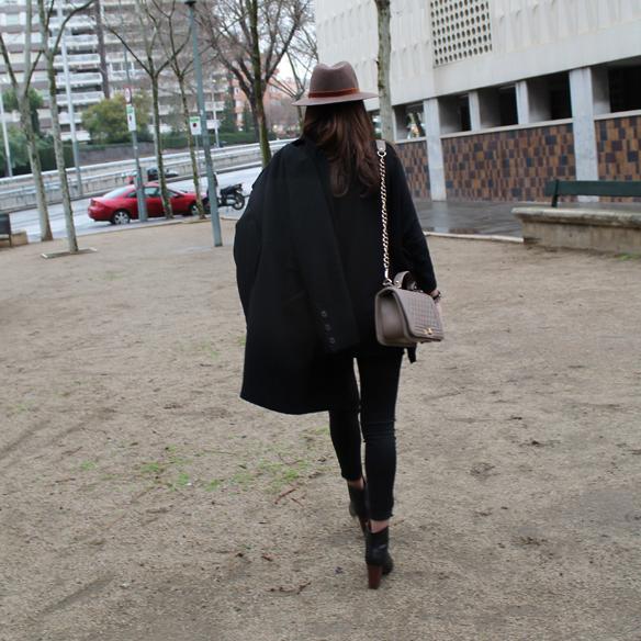 15colgadasdeunapercha_fw1314_totallookblack_negro_burgundy_burdeos_hat_sombrero_gg9