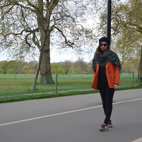 15colgadasdeunapercha_hat_sombrero_new_balance_sporty_bambas_orange_coat_carla_palau_3