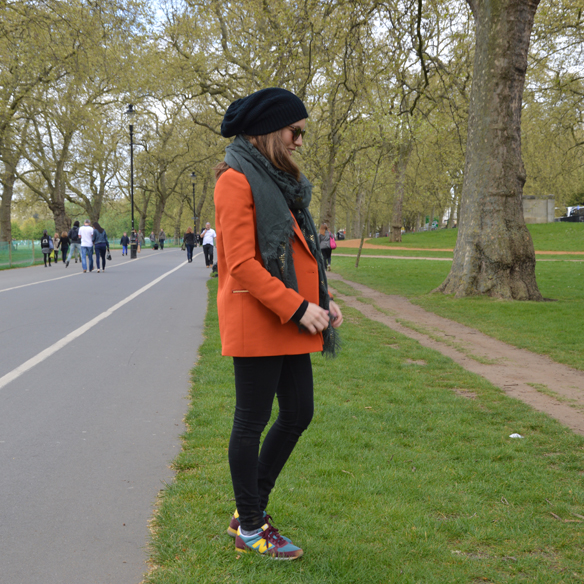 15colgadasdeunapercha_hat_sombrero_new_balance_sporty_bambas_orange_coat_carla_palau_4
