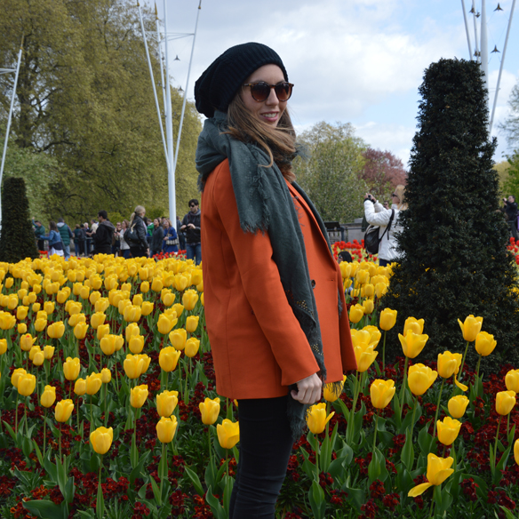 15colgadasdeunapercha_hat_sombrero_new_balance_sporty_bambas_orange_coat_carla_palau_5
