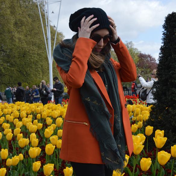 15colgadasdeunapercha_hat_sombrero_new_balance_sporty_bambas_orange_coat_carla_palau_6