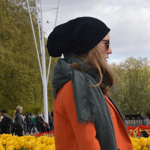 15colgadasdeunapercha_hat_sombrero_new_balance_sporty_bambas_orange_coat_carla_palau_7