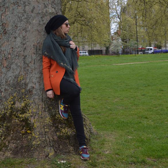 15colgadasdeunapercha_hat_sombrero_new_balance_sporty_bambas_orange_coat_carla_palau_9
