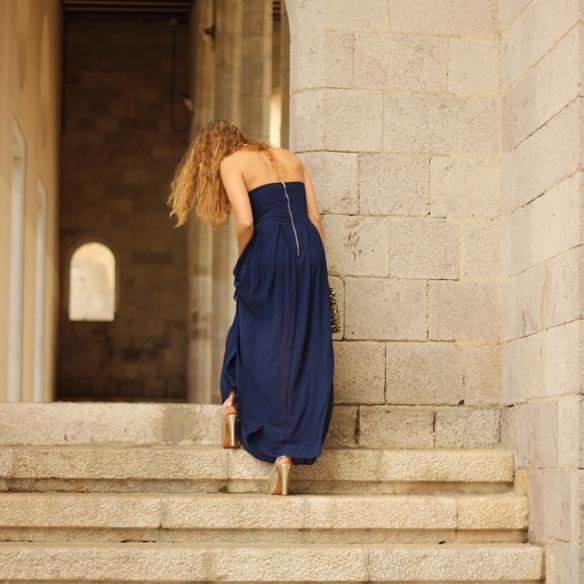 15colgadasdeunapercha_bodas_weddings_blue_azul_dorado_gold_escote_neckline_vaporoso_sheer_peeptoes_bolso_sobre_envelope_handbag_julia_ros_10