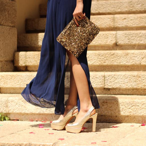 15colgadasdeunapercha_bodas_weddings_blue_azul_dorado_gold_escote_neckline_vaporoso_sheer_peeptoes_bolso_sobre_envelope_handbag_julia_ros_5