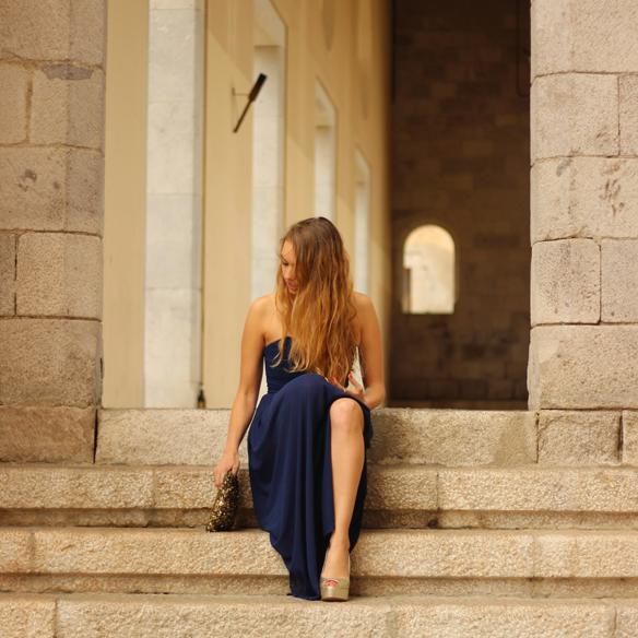 15colgadasdeunapercha_bodas_weddings_blue_azul_dorado_gold_escote_neckline_vaporoso_sheer_peeptoes_bolso_sobre_envelope_handbag_julia_ros_6
