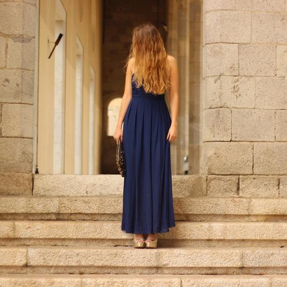 15colgadasdeunapercha_bodas_weddings_blue_azul_dorado_gold_escote_neckline_vaporoso_sheer_peeptoes_bolso_sobre_envelope_handbag_julia_ros_7