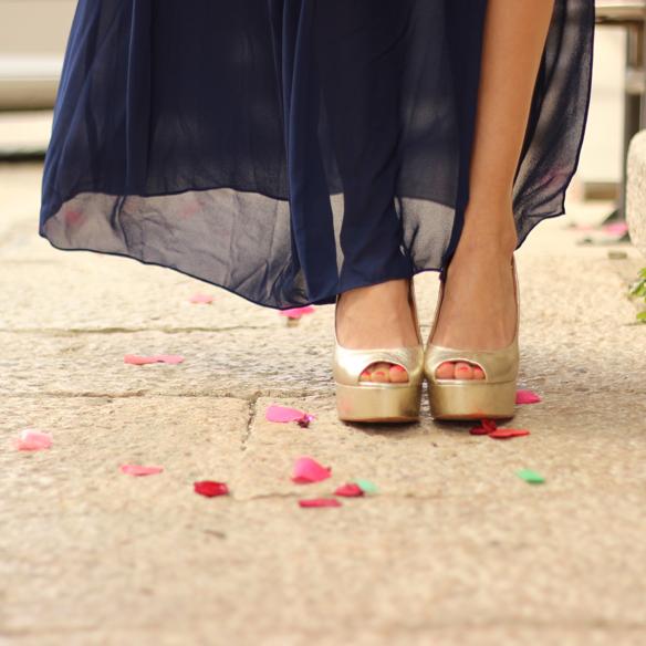 15colgadasdeunapercha_bodas_weddings_blue_azul_dorado_gold_escote_neckline_vaporoso_sheer_peeptoes_bolso_sobre_envelope_handbag_julia_ros_8