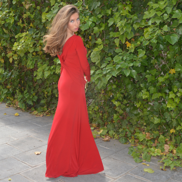 15colgadasdeunapercha_bodas_weddings_vestido_rojo_red_dress_clutch_dorado_golden_clutch_carla_palau_8