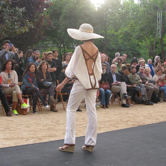15colgadasdeunapercha_fashion_revolution_day_barcelona_moda_sostenible_ecologica_pasarela_desfile_sustainable_fashion_miu_sutin_eva_y_noelia_10