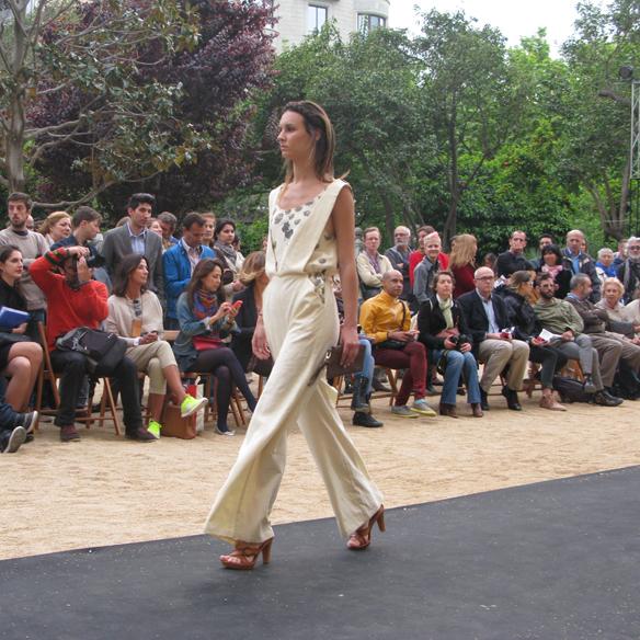 15colgadasdeunapercha_fashion_revolution_day_barcelona_moda_sostenible_ecologica_pasarela_desfile_sustainable_fashion_water_puppet_15