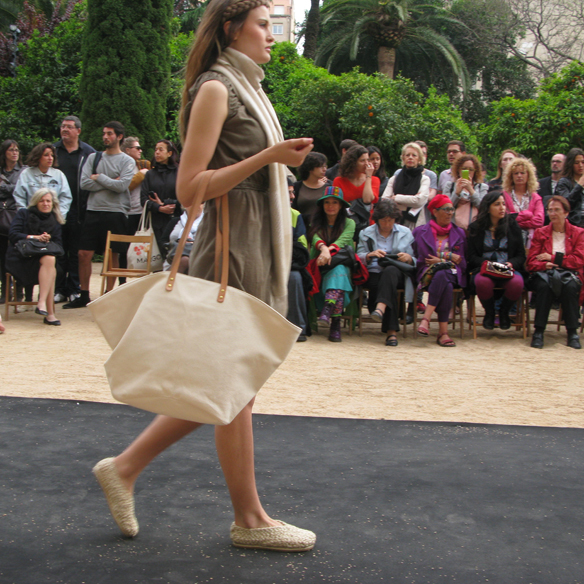 15colgadasdeunapercha_fashion_revolution_day_barcelona_moda_sostenible_ecologica_pasarela_desfile_sustainable_fashion_water_puppet_sonja_kapple_16