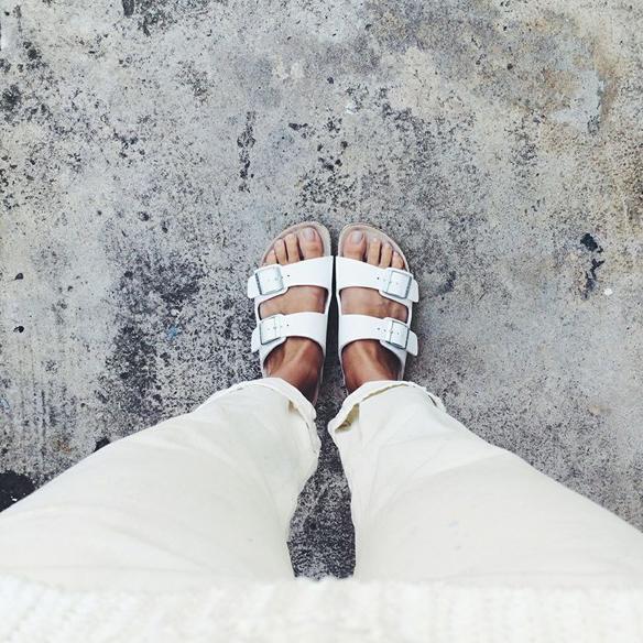 15colgadasdeunapercha_closet_musta_sandalias_sandals_ugly_shoes_birkenstock_black_negro_white_blanco_silver_plateado_3