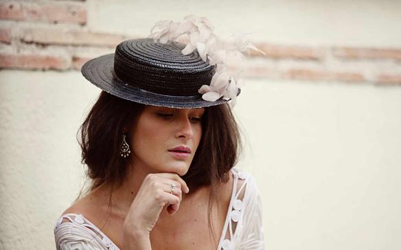 15colgadasdeunapercha_con_cabeza_y_a_lo_loco_tocados_coronas_diademas_canotiers_pamelas_turbantes_sombreros_headdresses_suma_cruz_5