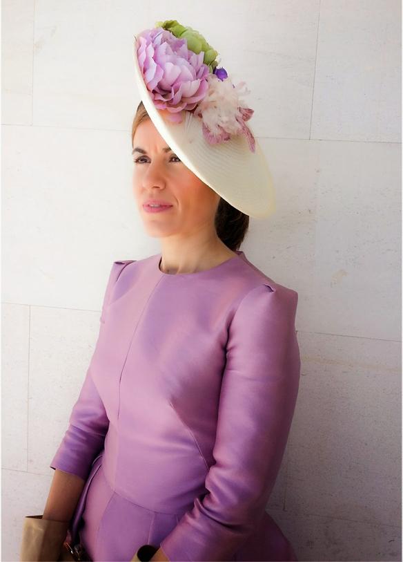 15colgadasdeunapercha_con_cabeza_y_a_lo_loco_tocados_coronas_diademas_canotiers_pamelas_turbantes_sombreros_headdresses_tocada_por_un_angel_1