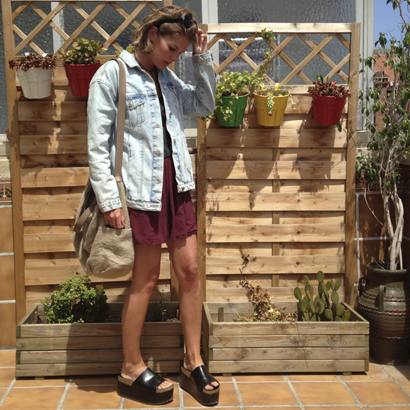 15colgadasdeunapercha_san_juan_saint_john_informal_crop_top_pleated_skirt_falda_plisada_flatforms_cazadora_tejana_denim_jacket_gina_carreras_3