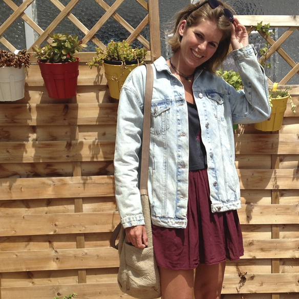 15colgadasdeunapercha_san_juan_saint_john_informal_crop_top_pleated_skirt_falda_plisada_flatforms_cazadora_tejana_denim_jacket_gina_carreras_5