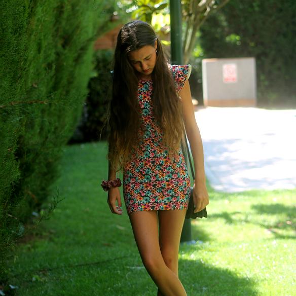 15colgadasdeunapercha_floral_print_estampado_flores_volantes_ruffles_mini_vestido_floreado_mini_floral_dress_superga_blanca_sabadell_3