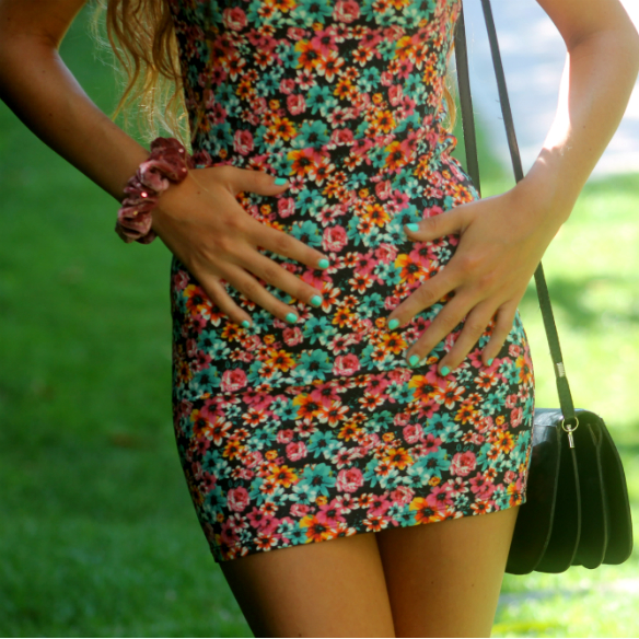 15colgadasdeunapercha_floral_print_estampado_flores_volantes_ruffles_mini_vestido_floreado_mini_floral_dress_superga_blanca_sabadell_4