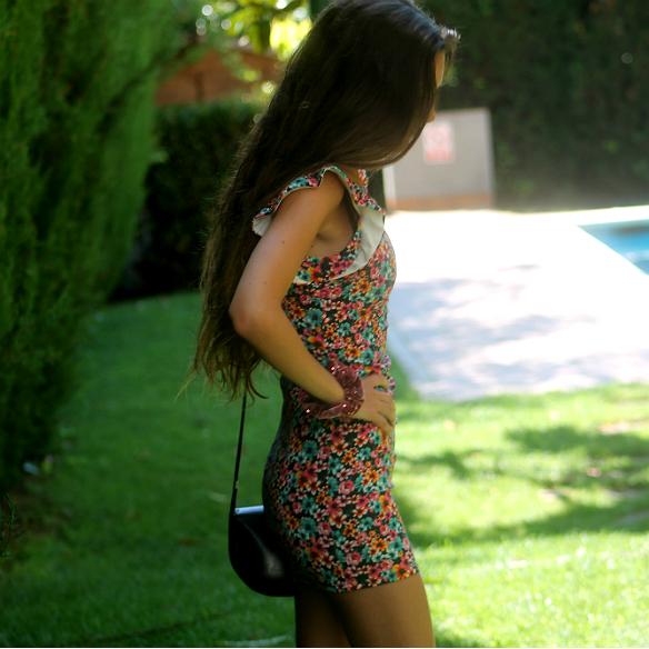 15colgadasdeunapercha_floral_print_estampado_flores_volantes_ruffles_mini_vestido_floreado_mini_floral_dress_superga_blanca_sabadell_8