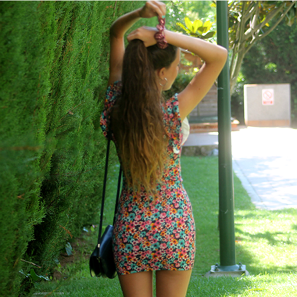 15colgadasdeunapercha_floral_print_estampado_flores_volantes_ruffles_mini_vestido_floreado_mini_floral_dress_superga_blanca_sabadell_9