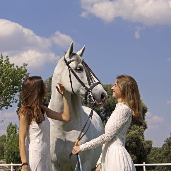 15colgadasdeunapercha_LWD_long_white_dress_vestido_largo_blanco_sandalias_planas_flat_sandals_ale_corsini_laura_pol_1