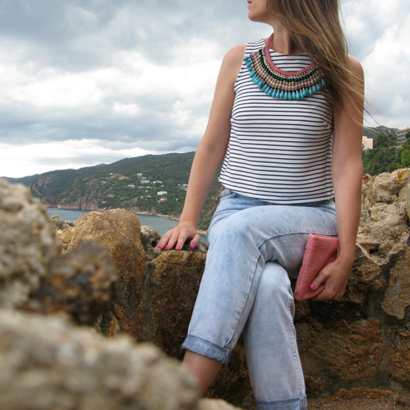 15colgadasdeunapercha_mom_jeans_crop_top_rayas_stripes_collar_babero_bib_necklace_cangrejeras_jellies_carla_kissler_3
