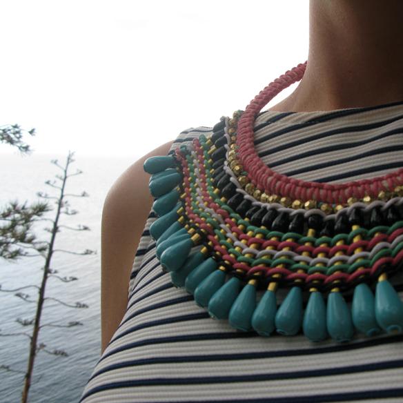 15colgadasdeunapercha_mom_jeans_crop_top_rayas_stripes_collar_babero_bib_necklace_cangrejeras_jellies_carla_kissler_8