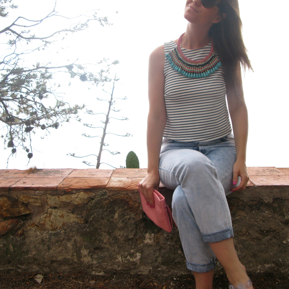 15colgadasdeunapercha_mom_jeans_crop_top_rayas_stripes_collar_babero_bib_necklace_cangrejeras_jellies_carla_kissler_9