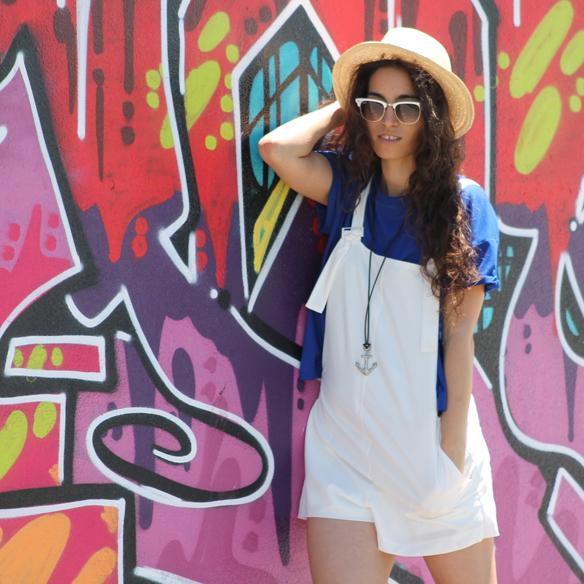 15colgadasdeunapercha_peto_blanco_azul_klein_white_dungarees_klein_blue_slip_on_hat_sombrero_white_sunglasses_gafas_de_sol_blancas_blanca_arias_10