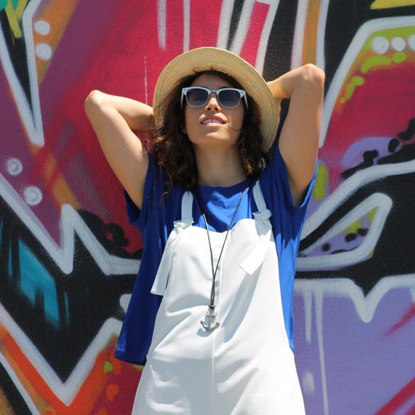 15colgadasdeunapercha_peto_blanco_azul_klein_white_dungarees_klein_blue_slip_on_hat_sombrero_white_sunglasses_gafas_de_sol_blancas_blanca_arias_2