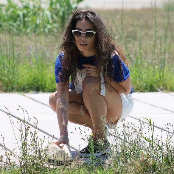 15colgadasdeunapercha_peto_blanco_azul_klein_white_dungarees_klein_blue_slip_on_hat_sombrero_white_sunglasses_gafas_de_sol_blancas_blanca_arias_3