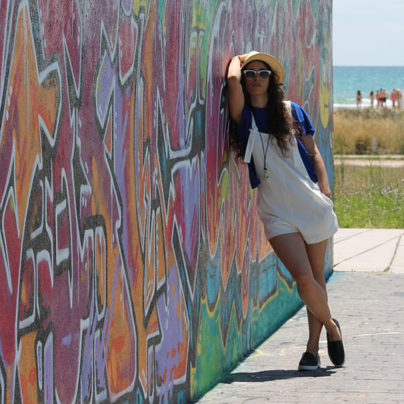 15colgadasdeunapercha_peto_blanco_azul_klein_white_dungarees_klein_blue_slip_on_hat_sombrero_white_sunglasses_gafas_de_sol_blancas_blanca_arias_6