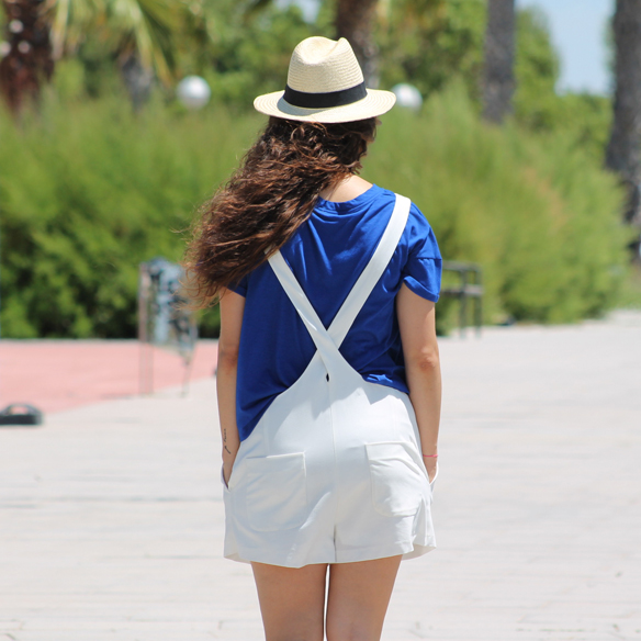 15colgadasdeunapercha_peto_blanco_azul_klein_white_dungarees_klein_blue_slip_on_hat_sombrero_white_sunglasses_gafas_de_sol_blancas_blanca_arias_9