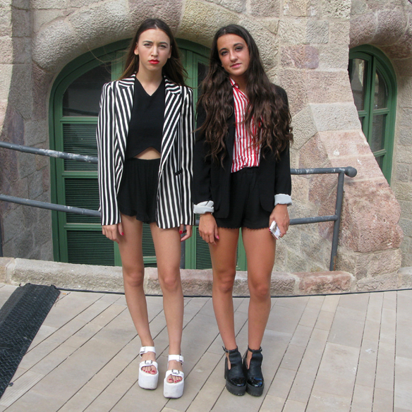 15colgadasdeunapercha_streethunted_clara_y_marina_students_estudiantes_080_blazer_shorts_b&w_stripes_ugly_shoes_red_rojo_rayas_blanco_y_negro