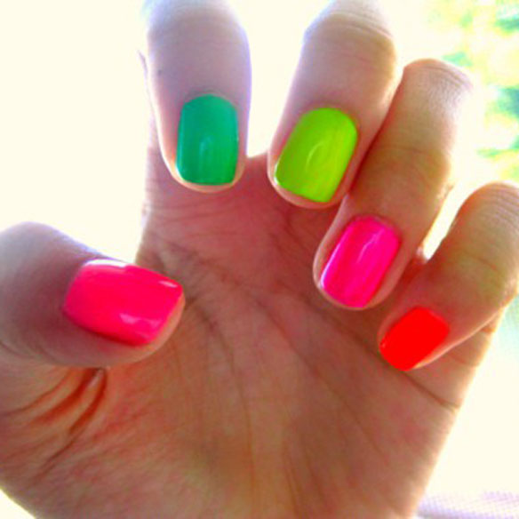 15colgadasdeunapercha_summer_verano_tendencias_maquillaje_make_up_trends_manicura_fluor_pastel_blanco_arty_nails_2