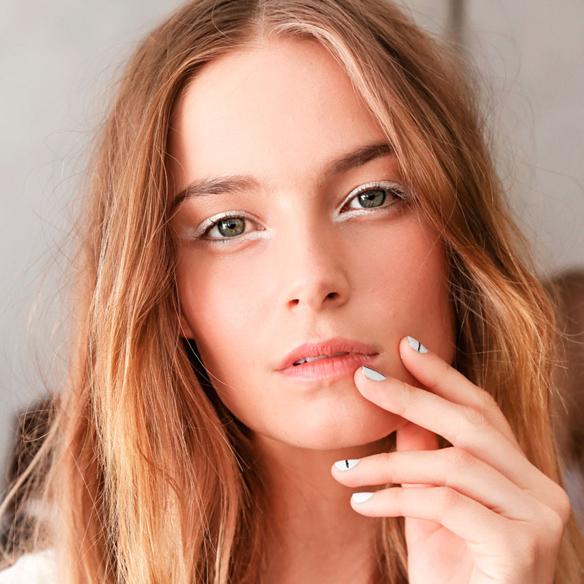 15colgadasdeunapercha_summer_verano_tendencias_maquillaje_make_up_trends_mirada_luz_iluminada_blancos_ocres_dorados_bright_look_1