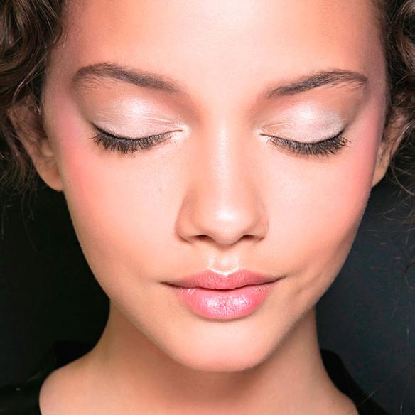 15colgadasdeunapercha_summer_verano_tendencias_maquillaje_make_up_trends_mirada_luz_iluminada_blancos_ocres_dorados_bright_look_2