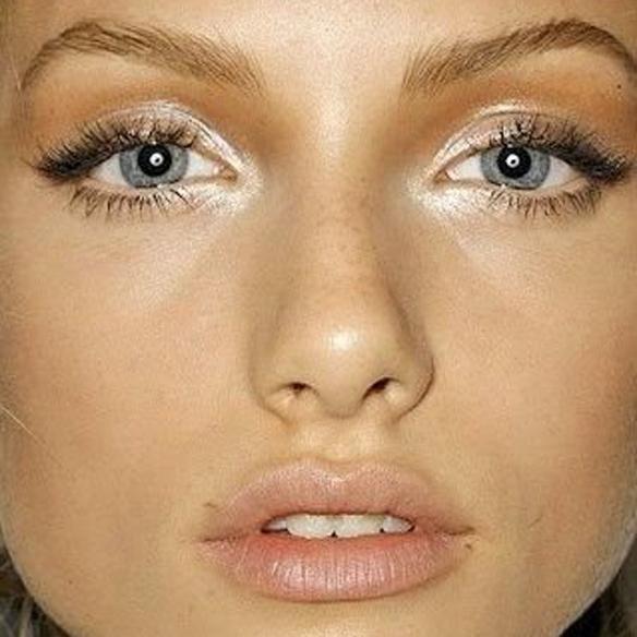 15colgadasdeunapercha_summer_verano_tendencias_maquillaje_make_up_trends_mirada_luz_iluminada_blancos_ocres_dorados_bright_look_3