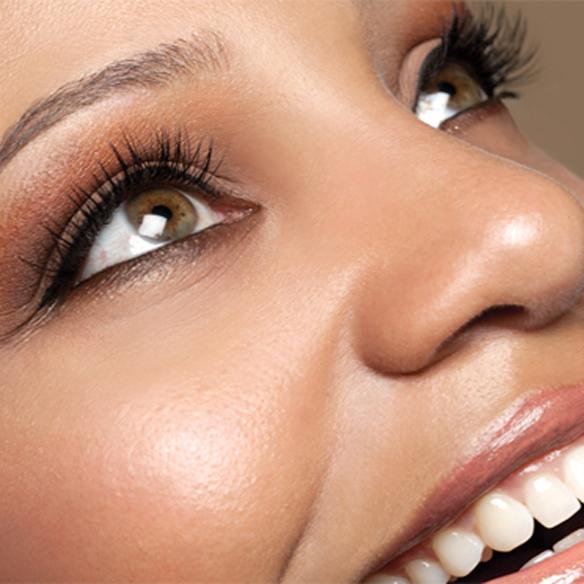 15colgadasdeunapercha_summer_verano_tendencias_maquillaje_make_up_trends_mirada_luz_iluminada_blancos_ocres_dorados_bright_look_4