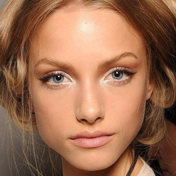 15colgadasdeunapercha_summer_verano_tendencias_maquillaje_make_up_trends_mirada_luz_iluminada_blancos_ocres_dorados_bright_look_6