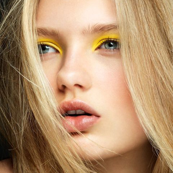 15colgadasdeunapercha_summer_verano_tendencias_maquillaje_make_up_trends_sombras_de_colores_color_eyeshadows_amarillo_verde_azul_lila_naranja_1