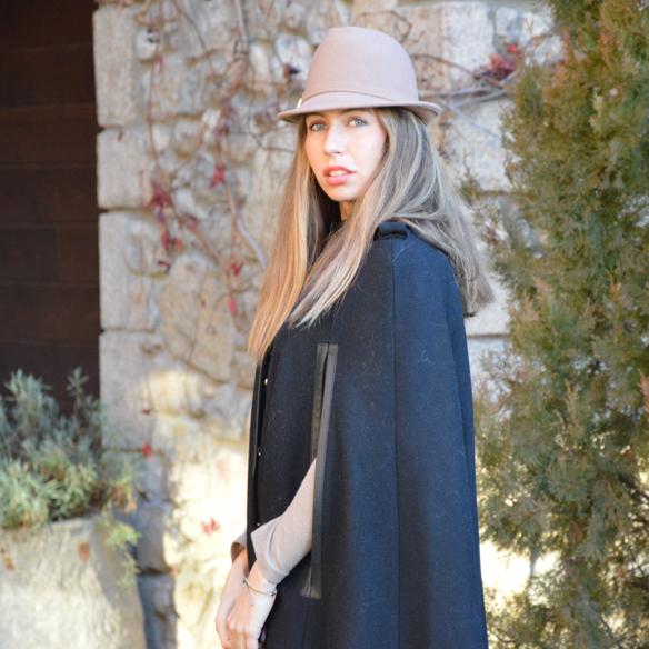 15colgadasdeunapercha_fw1314_camel_negro_black_hat_capa_cape_cp1