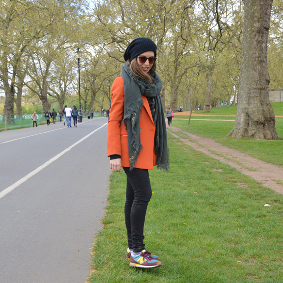 15colgadasdeunapercha_hat_sombrero_new_balance_sporty_bambas_orange_coat_carla_palau_1