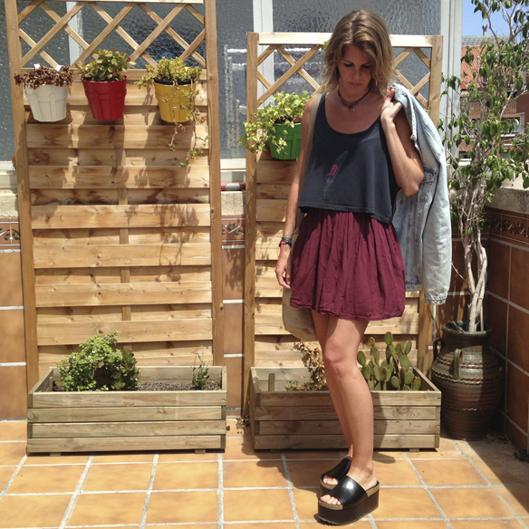 15colgadasdeunapercha_san_juan_saint_john_informal_crop_top_pleated_skirt_falda_plisada_flatforms_cazadora_tejana_denim_jacket_gina_carreras_1