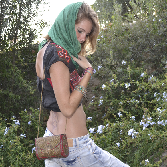 15colgadasdeunapercha_india_crop_top_boyfriends_flatforms_jeffrey_campbell_bolso_joya_jewel_bag_gina_carreras_5