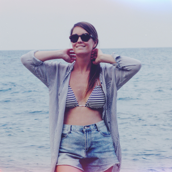 15colgadasdeunapercha_rayas_stripes_camisa_oversize_shorts_talle_alto_bikini_marinero_carla_kissler_2