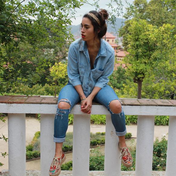 15colgadasdeunapercha_total_denim_look_tejano_diadema_griega_greek_tiara_white_sandals_sandalias_blancas_madera_zapatos_esparto_shoes_blanca_arias_1