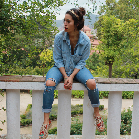 15colgadasdeunapercha_total_denim_look_tejano_diadema_griega_greek_tiara_white_sandals_sandalias_blancas_madera_zapatos_esparto_shoes_blanca_arias_1