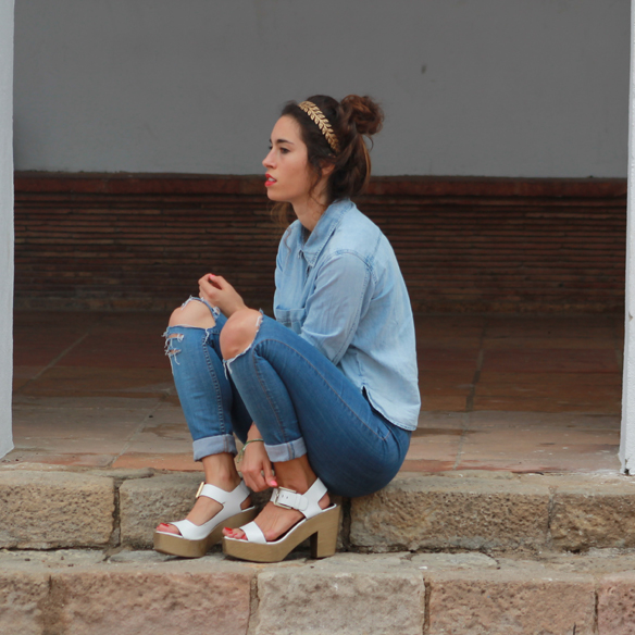 15colgadasdeunapercha_total_denim_look_tejano_diadema_griega_greek_tiara_white_sandals_sandalias_blancas_madera_zapatos_esparto_shoes_blanca_arias_2